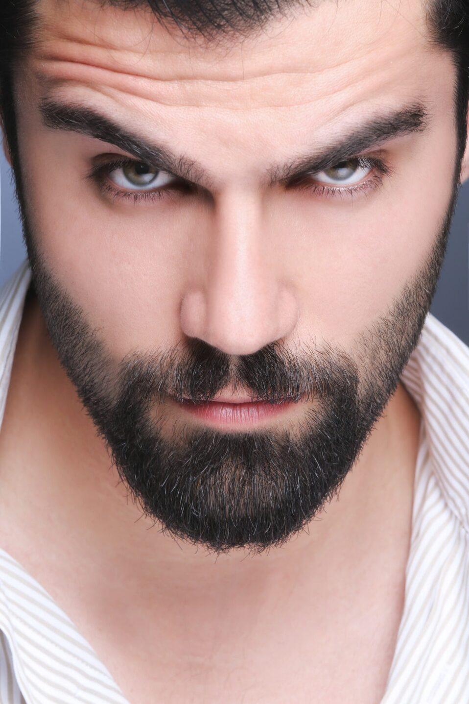 Mężczyzna z zarostem - czarne wąsy i broda